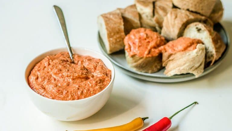 """Vegaaninen """"feta""""juustodippi saa tulisuutensa chilistä. Dippi maistuu erityisen hyvältä patongin kera."""