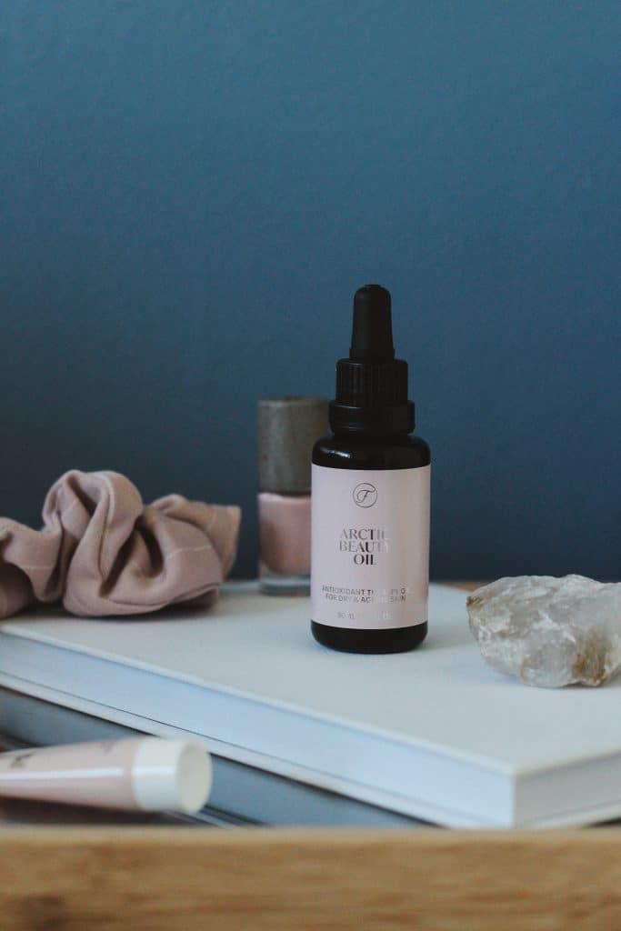 Flow Cosmethicsin seerumimeikkivoide on kevyt ja antaa kasvoille kuulautta.
