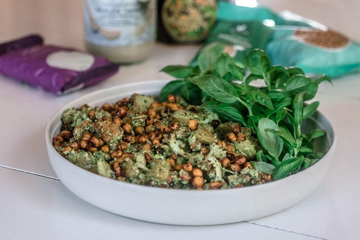 Pestosalaatti saa makua tahinista ja korianterista.