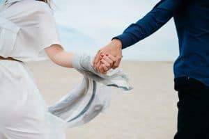 Parisuhde lapsiarjessa ja epävarman maailmantilanteen keskellä – katso 15 vinkkiä hyvinvoivaan parisuhteeseen!