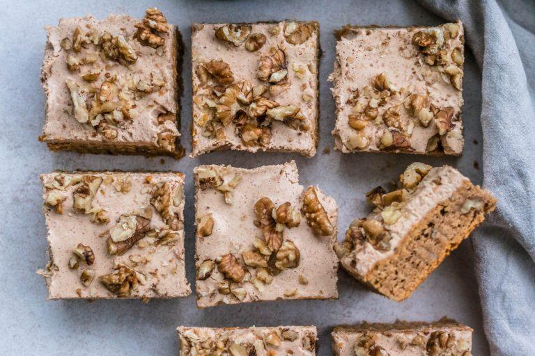 Nämä bataattiblondiet saavat herkullisen kuorrutteen maapähkinävoista. Herkku maistuu erityisen hyvin kahvin kera.