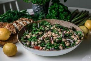Keväinen salaatti ja tahini-sitruunamarinoidut pavut ovat vapun ja kesän ykkösherkkuja!