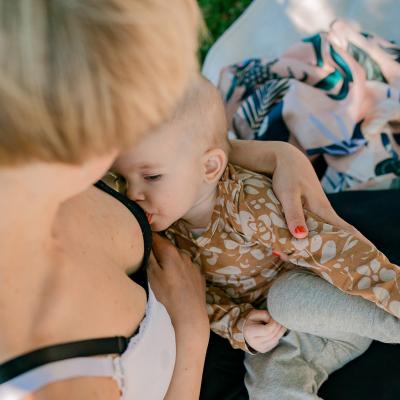 Äitipiirin verkkokaupasta ostat pääsyliput äidin hyvinvointia ja vanhemmuutta tukeviin webinaareihin.